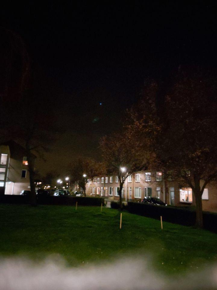 Een blauw licht en net of het er rond om heen oplicht en het staat er nog foto