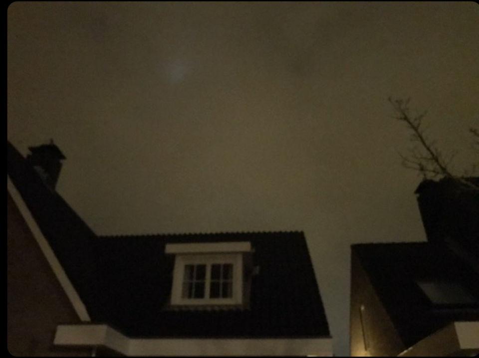 2 witte lichten die worden achtervolgd foto