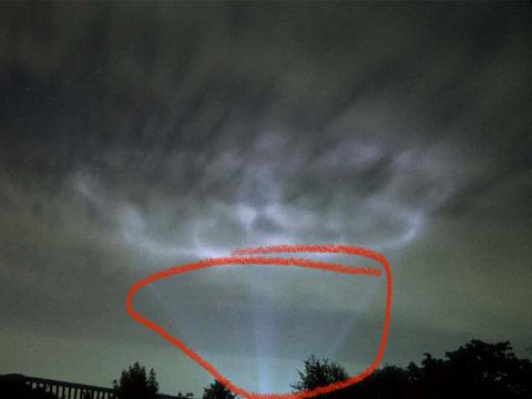 Grote licht vlekken verspreiden zich over wolken foto