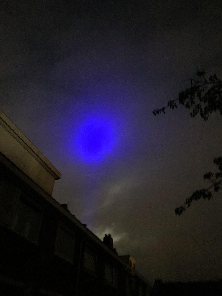 Blauwe bal en strook vanaf de stad richting Zwolle zuid foto