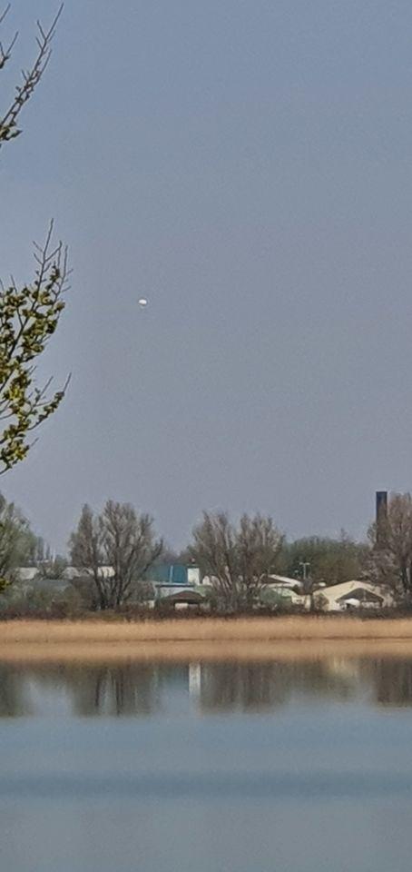 Witte stil hangende bol voor een aantal minuten. foto