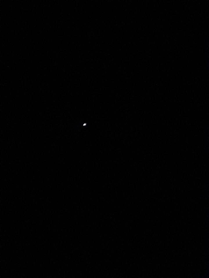 Licht punt, zelfde snelheid, beweegt heel iets na links en rechts foto