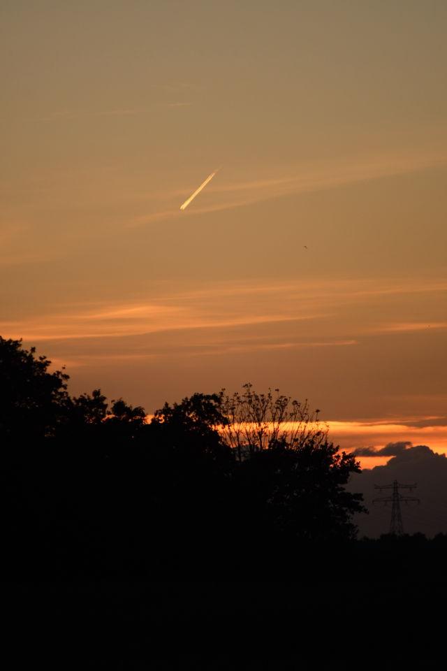Zeer langzaam bewegende lichtstreep bij zonsondergang foto