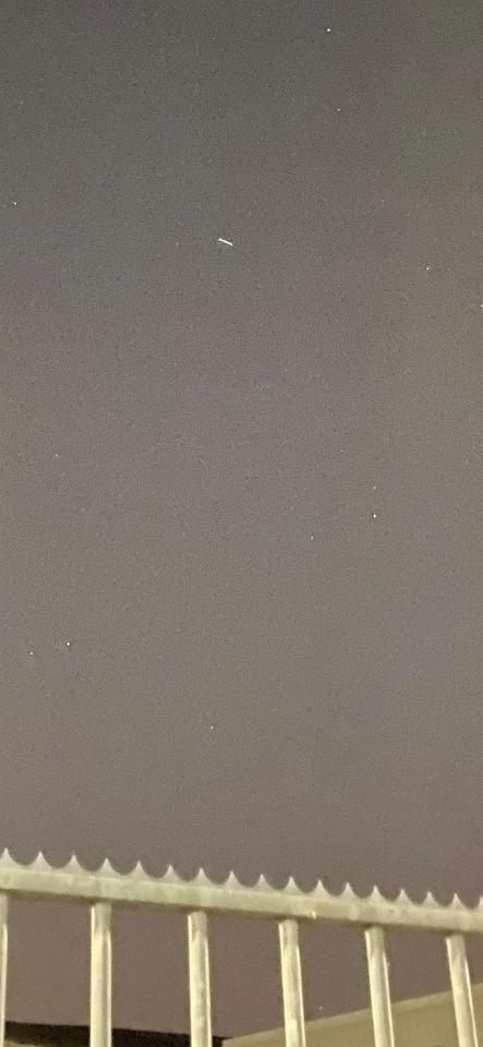Langwerpig object vliegt zeer laag foto