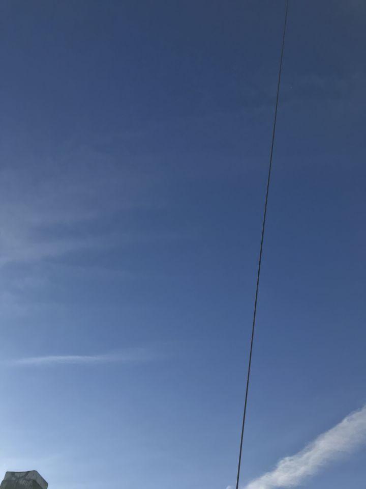 Felle witte stip aan blauwe hemel, wijzigt geen koers. foto
