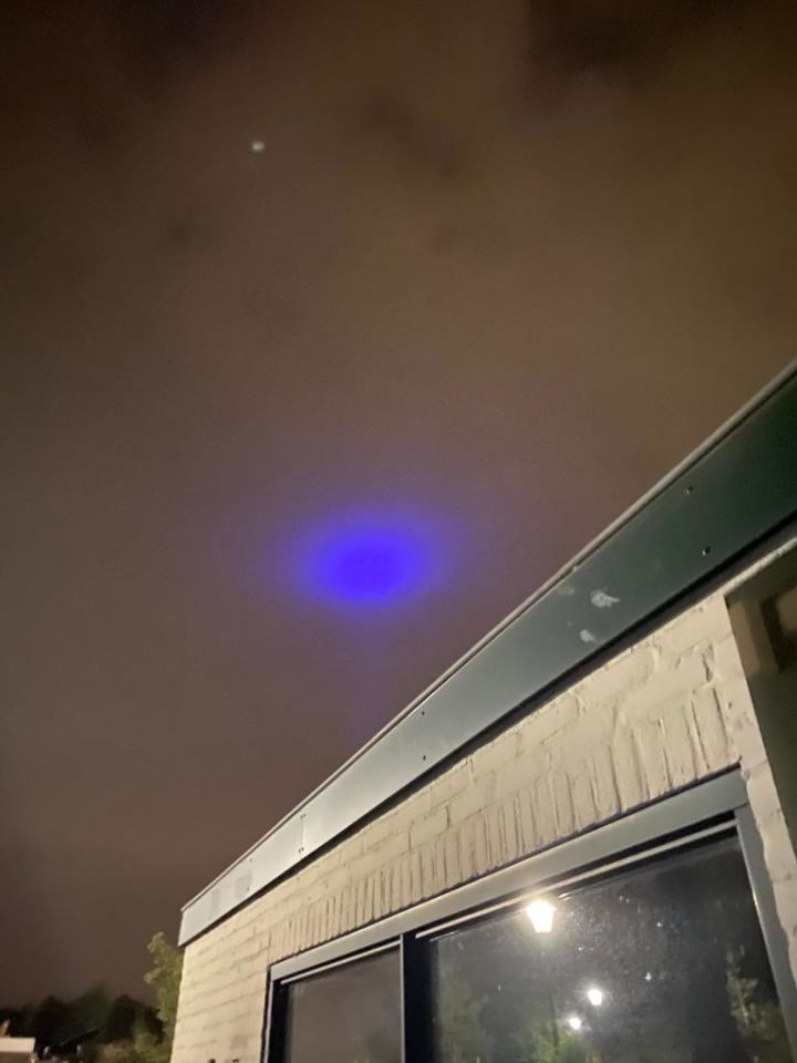 Een blauw licht dat doofde met vervolgens 6 witte lichtbollen die draaide foto