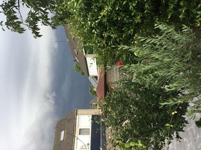 Witte schijf zichtbaar bij terugkijken van foto van de donkere lucht in Tiel. foto