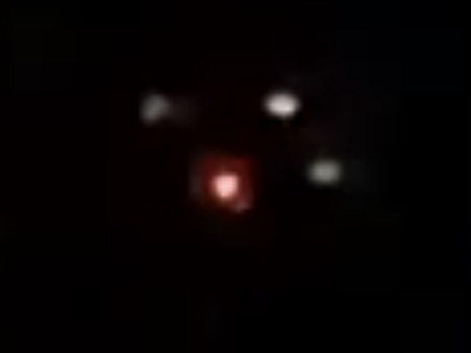 Zwarte driehoek met 3 witte 1 rood licht foto