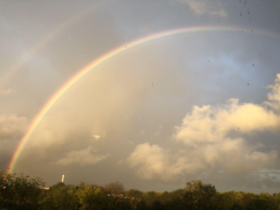 Langs de regenboog een champignon vormig object foto
