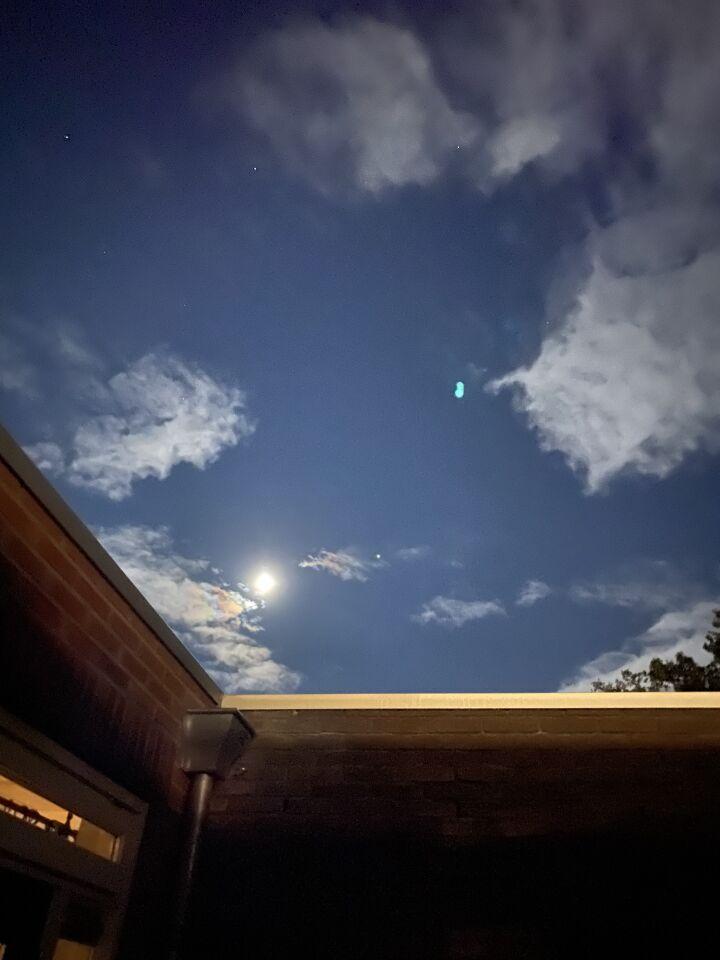 Een oranje bol die stilstond en ook stunts vloog en weer stilstond foto