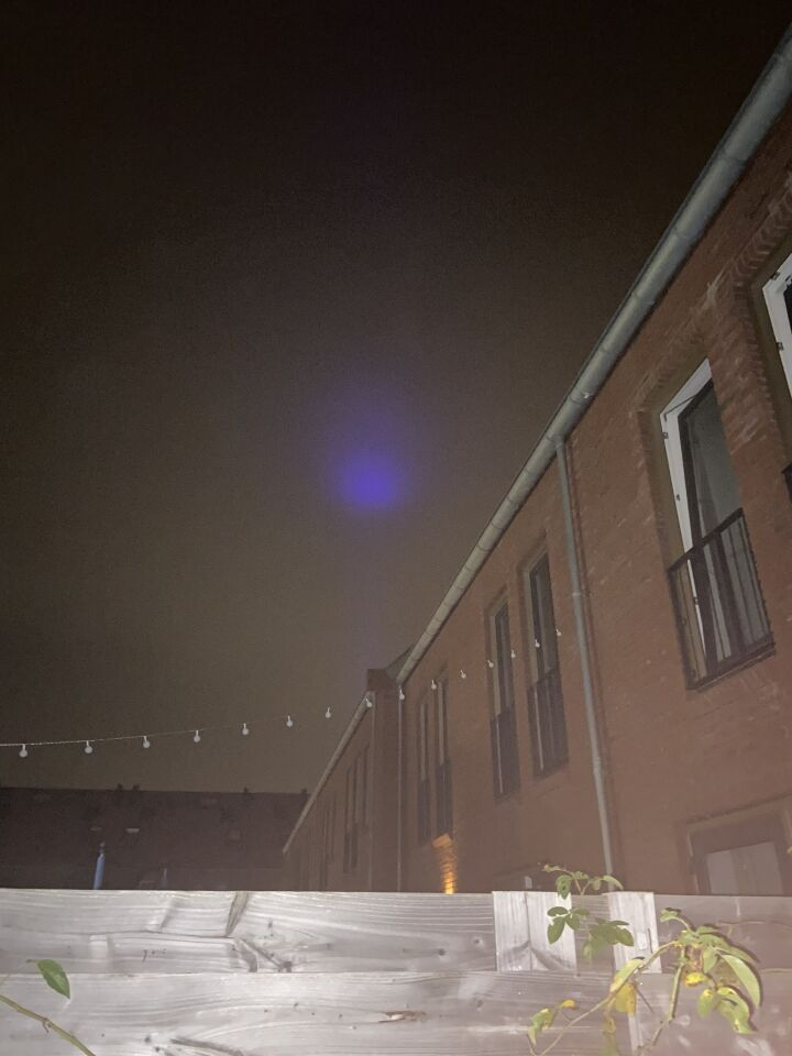 Paarse lichtbundel met bol foto