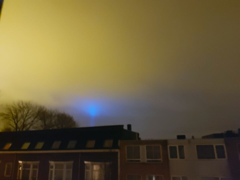 Blauw licht in/op de wolken? foto