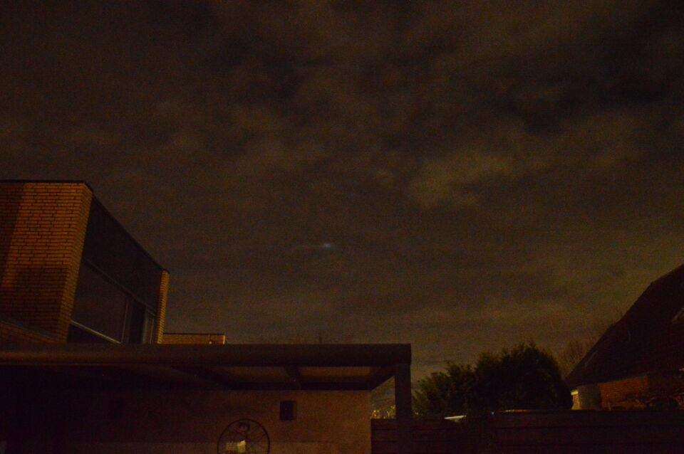 Diverse lichtpunten in de wolken die vervaagden en op andere plekken verschenen foto