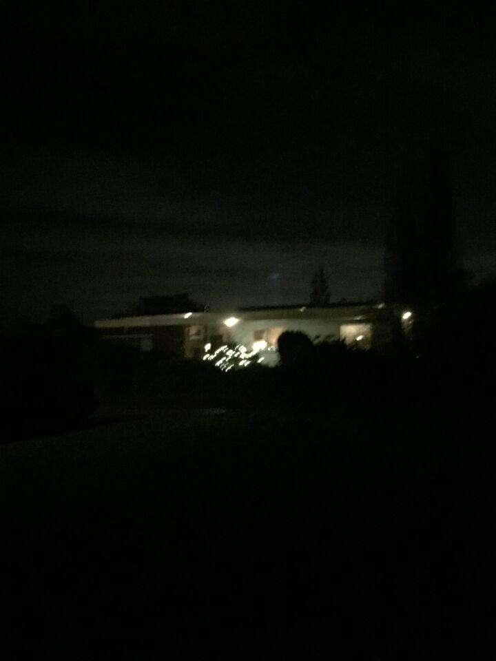 Meerdere lichtblauwe schijnende objecten in de lucht. foto