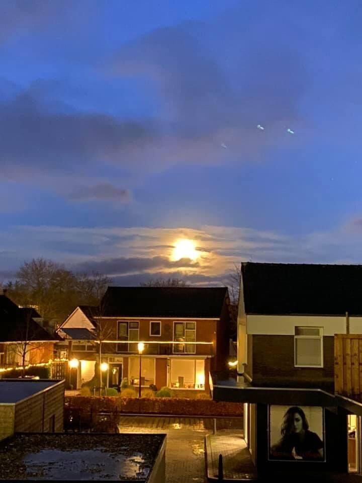 Ik wou een foto maken van de volle maan en zag deze 3 stippen foto