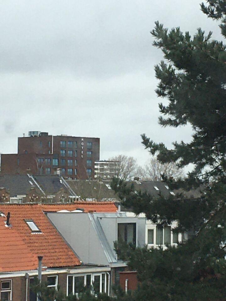 Rood licht dat stil hangt ten noord oosten van Delft foto