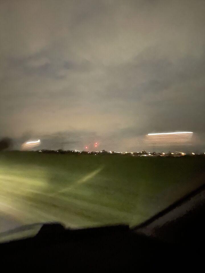 3 rode lichten die zich naar beneden bewogen en HEEL langzaam knipperden foto