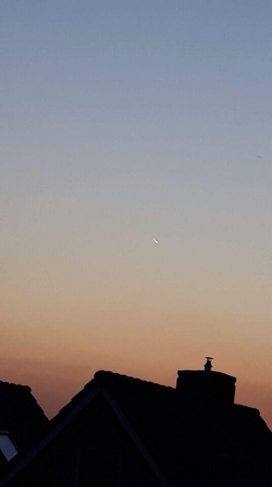 Lichtpunt dat lijkt op een komeet, maar dat is het niet (denk ik) foto