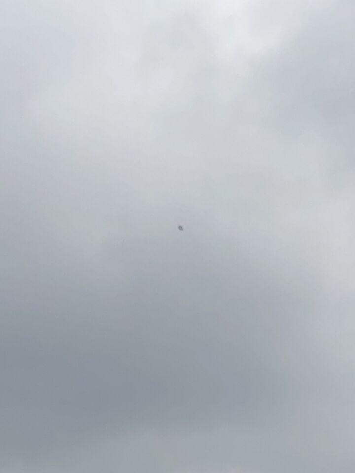 Ik zag een vreemde driehoek achting iets zonder enig geluid voorbij vliegen. foto