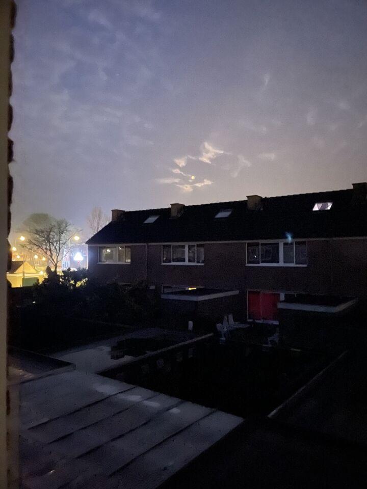 Lichtgevende bollen en UFO vorm op het einde foto