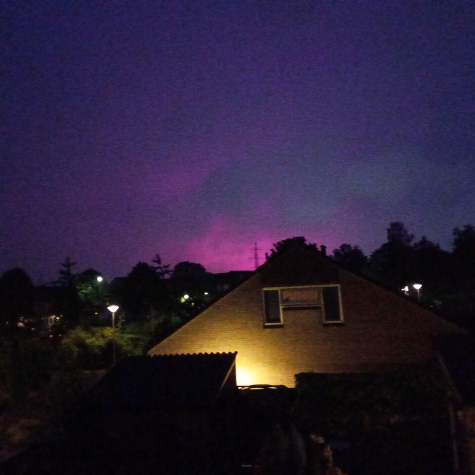 Roze/ paarse wolk in zuidelijke nachtlucht foto