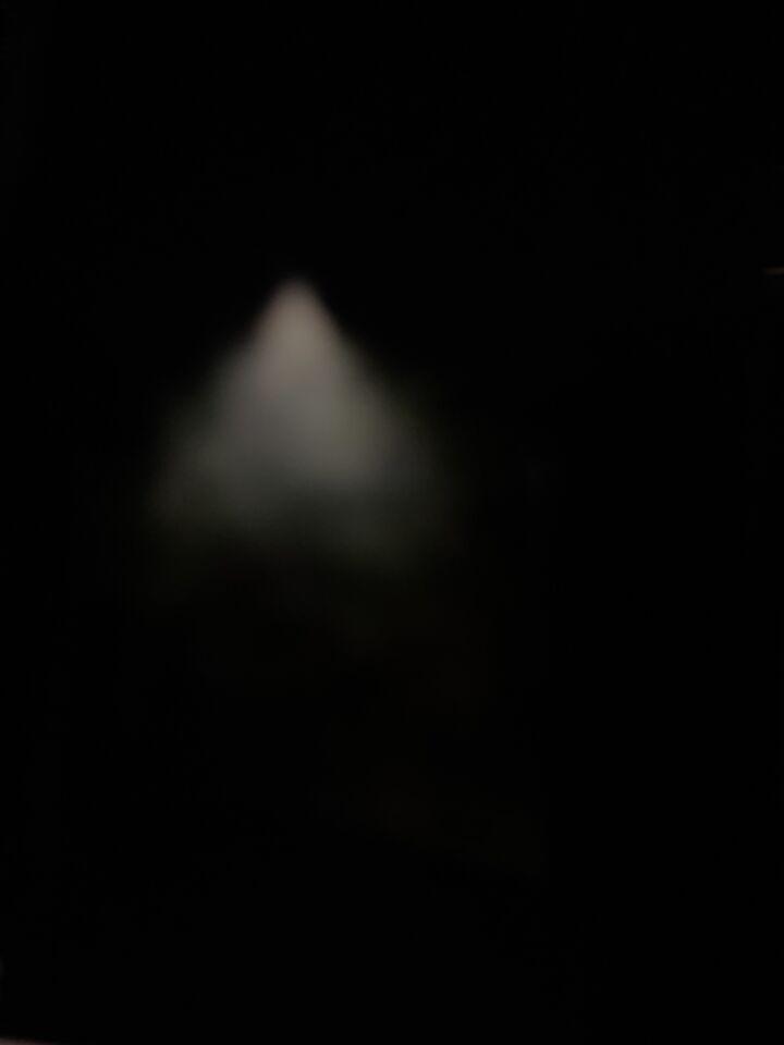 3 witte lichtgevende punten in een rond object foto