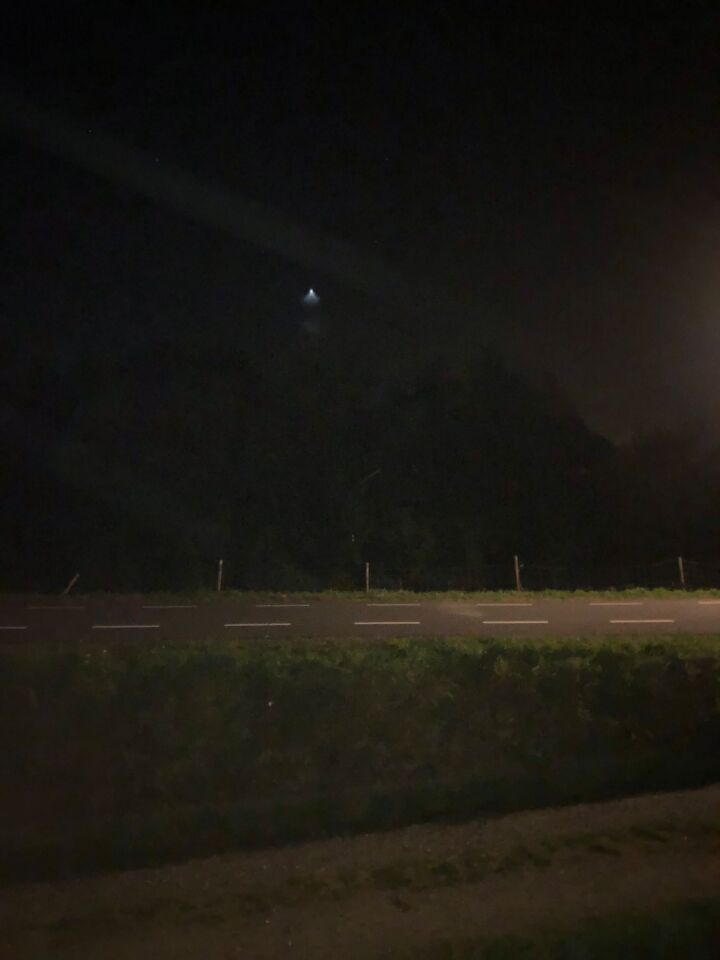 Een naar beneden fel schijnend licht vorm lantaarn (foto en film in bezit) foto
