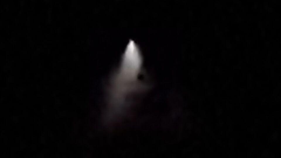 Lichtpunt met naar beneden gerichte lichtdriehoek foto