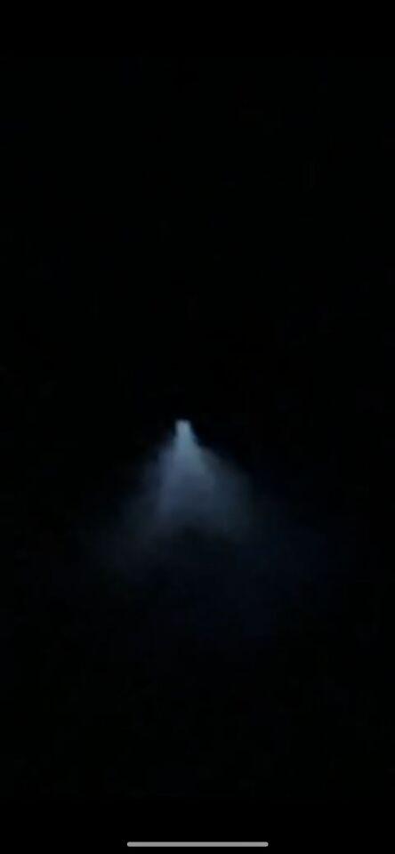 Een lichtpunt met daar onder licht in een driehoek wat naar beneden schijnt. foto