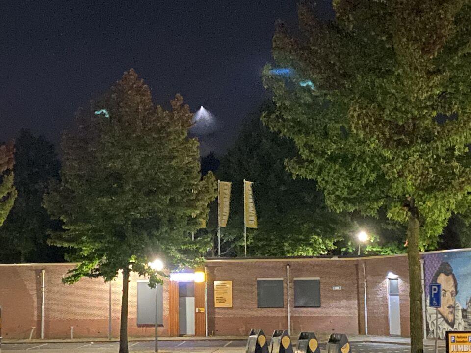 Lichtbol met driehoekige lichtbundel foto
