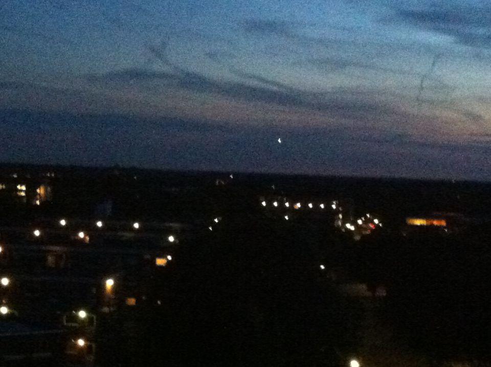 Sterk verlichte witte bol boven Bussum foto