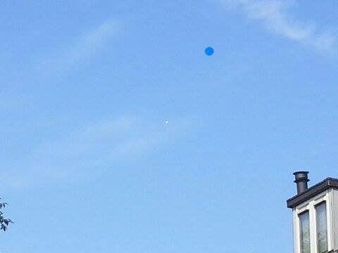 Witte bol boven Helmond foto