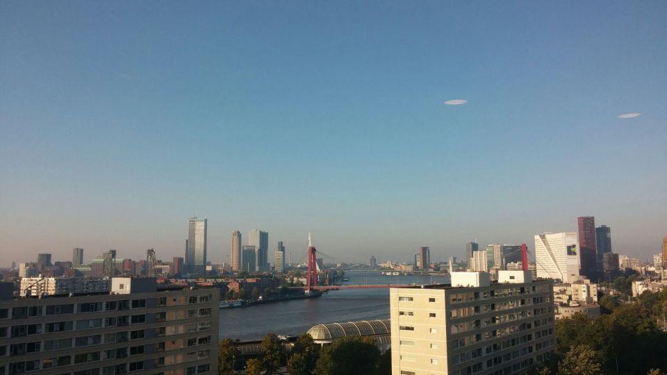 Vreemde voorwerpen in strak blauwe hemel boven Rotterdam foto