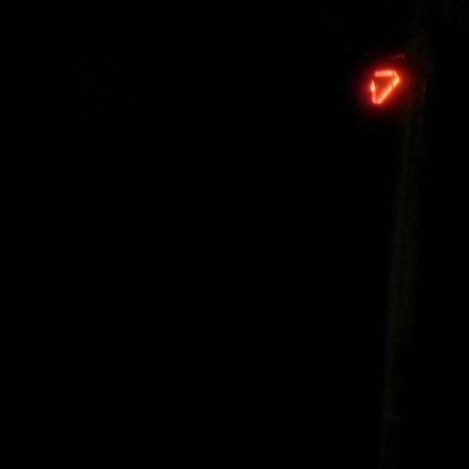 Lichtschip van onder een donkere drie hoek met veel lcht erboven foto