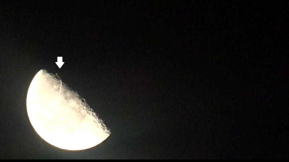Zijn dit 3 lichtbollen op de maan ? foto