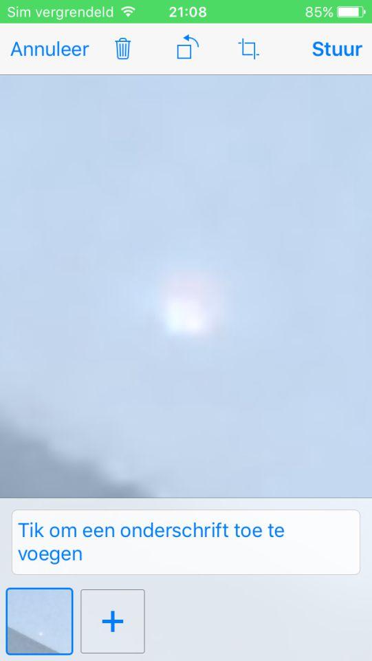 Lichtgevende bol wit maar rood met blauwig dichterbij foto