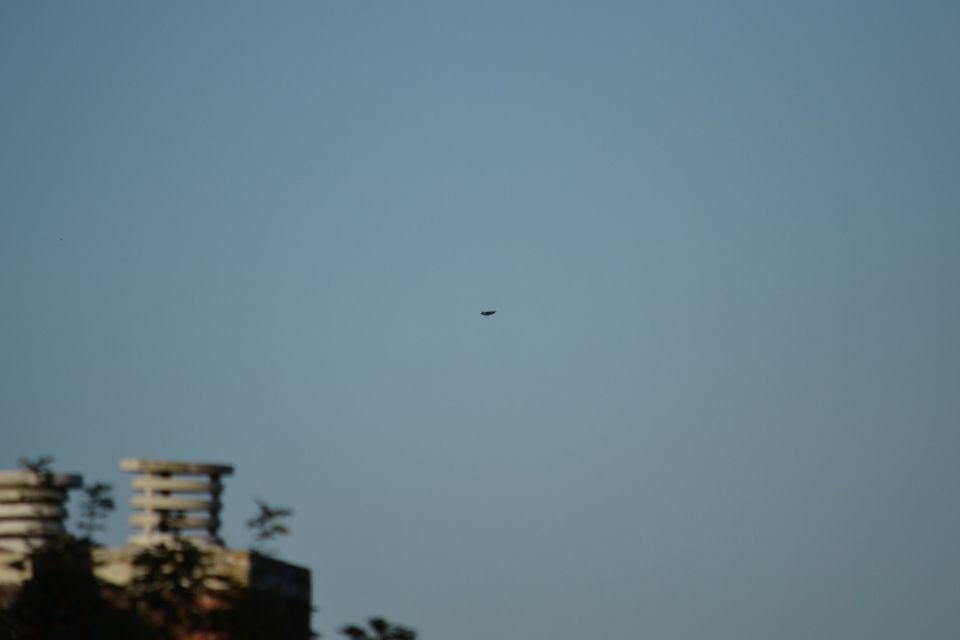 Donkere driehoek/boemerang onverlicht foto