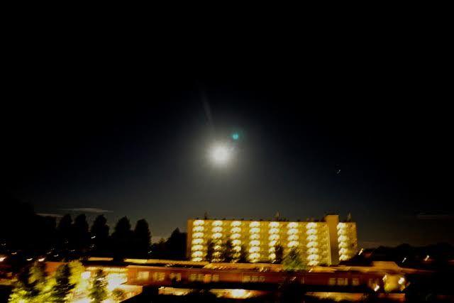 Groen/blauwe orbs met vele kleine metaalachtige 'UFO's er omheen foto