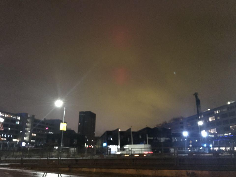 Groenige gloed met rode lichten foto