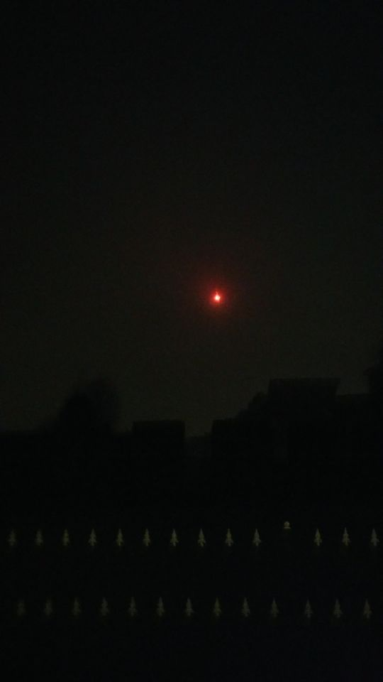 Rode bol met lage snelheid en kleine dingen die er af vallen. foto