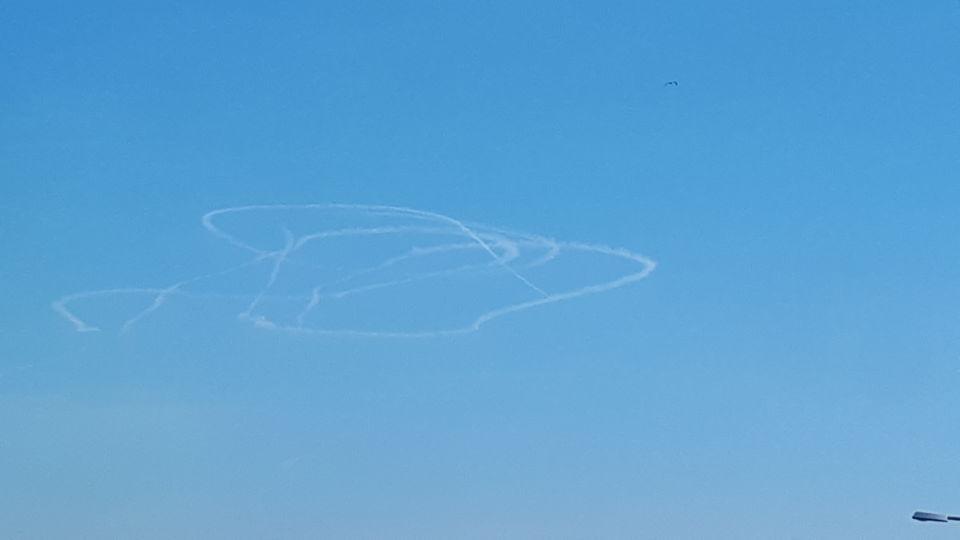 Rare chemtrail, zeer groot, vliegend object onbekend foto