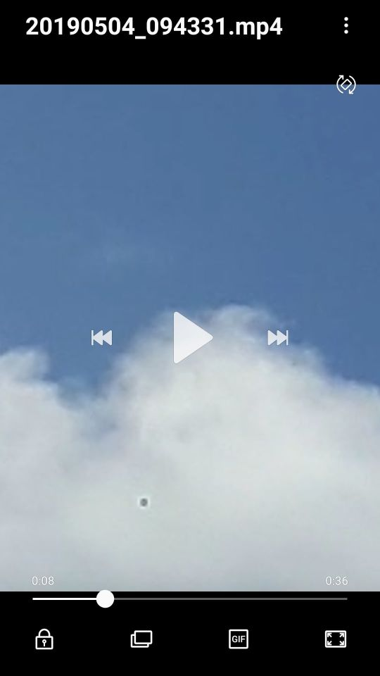 Zilver kleurige ring vliegt over ons huis foto