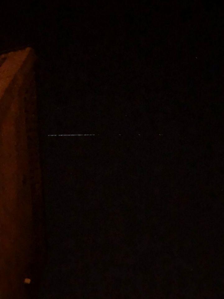 Trein van licht in de hemel met constante snelheid en meerdere stippen in 1 lijn foto