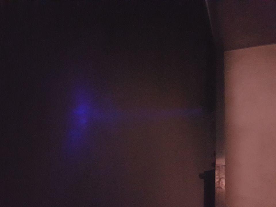 Blauwe lichtstraal dat blauwe driehoek op wolken schijnt foto