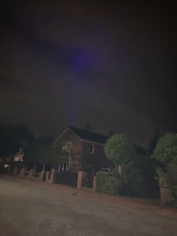 Blauwe verplaatsende lichtstraal foto