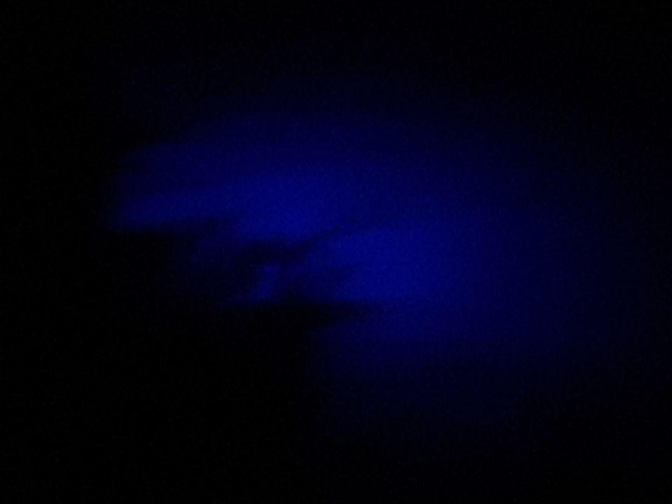 Blauw licht achter wolk wat zich verplaatst. foto