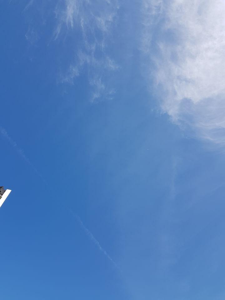 Wit object hoog in de lucht. foto