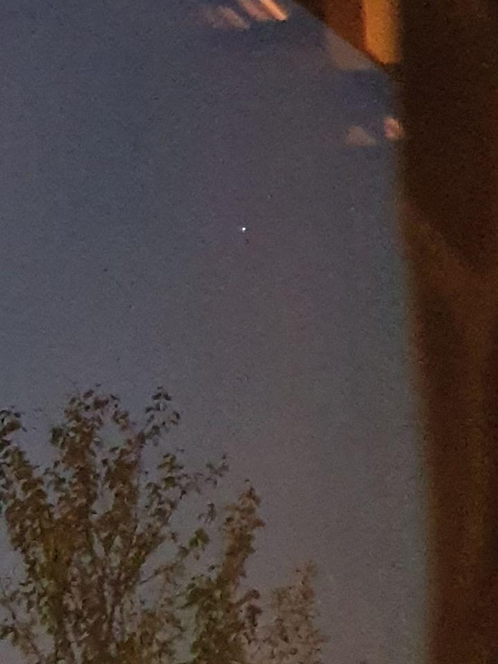 Wéér een UFO gezien: soort discobal (op foto elke keer witte vorm/zilver bol) foto