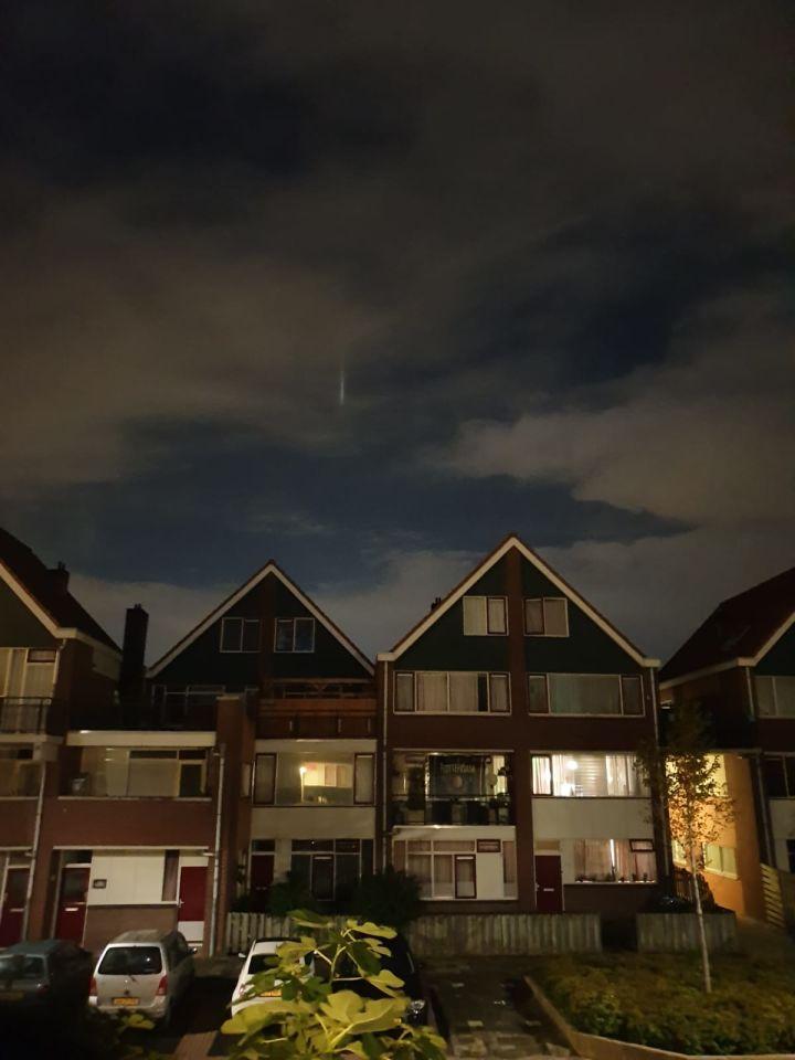 Een witte verticale streep bewoog niet verdween alleen achter een wolk en daar foto