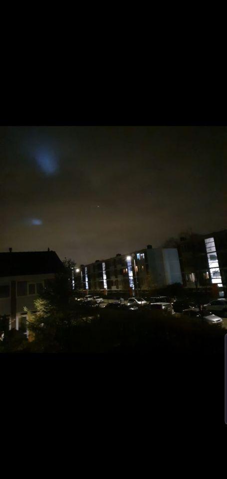 2 (zoek) lichten in de lucht. foto